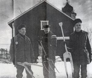 Museoidenhoitokunnan ahkerat työmiehet, vas. Toivo Kuusisto, Oskar Falttu ja Yrjö Rekola, kotiseutumuseon edustalla 1977. (Kuva: Länsi-Suomi/Esa Urhonen)