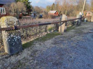 Hevospuomi, jonka pylväät on tuotu Harjun koululta ja Huhdan Mikolasta. Puomi on entinen Saharinkosken sahan syötinrauta