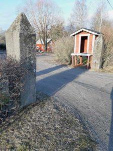 Museoille johtavat komeat portinpylväät, jotka oli teettänyt Vuojoen kartanolle Lars Magnus Björkenheim vuonna 1870. Pylväät siirrettiin Eurajoen seurojentalolle 1938 ja ne olivat unohduksissa urheilukentän laidalla kunnes ne siirrettiin Irjanteelle 1993
