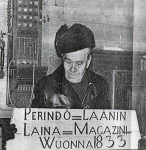 Yrjö Rekola, joka toimi museoidenhoitokunnassa, v. 1977 kun Eurajoen kotiseutuyhdistys oli saanut Länsi-Suomi-lehden Yhteishyvä-mitalin, ansiokkaasta kotiseututyöstään (Kuva:Länsi-Suomi/Esa Urhonen)