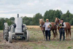 Avance-traktorin kanssa poseeraavat Pentti Sarja ja Jari Kupiainen  2013 (T.P)
