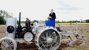 Avance-traktori ja vastavalittu Kartanon rouva Anne Poukka 2013 (Matti Heine)