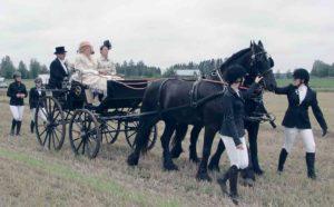 Christine Furuhjelm ohjastaa friisiläisiään Kasperia ja Knutia ja tuo kartanon herran ja rouvan avaamaan kisat 2018