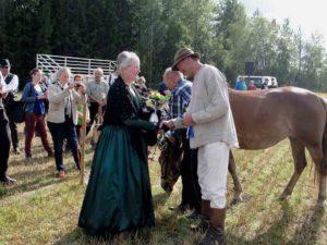 Matti Makkonen saa onnittelut kartanon rouva Soili Veijonaholta 2015