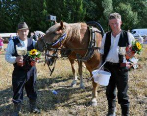 Parihevossarjan voittajat: Jarmo Varjonen (vas) ohjasti ja Esko Salonen kynti, hevosina Avaruus ja Hallanvaara 2011 (T.N)