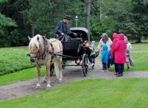 Vaunuseuran Markku Saari ajelutti myös yleisöä kartanon puutarhassa 2018