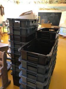 Paljon laatikoita tarvittiin pienempien esineiden siirtämiseen